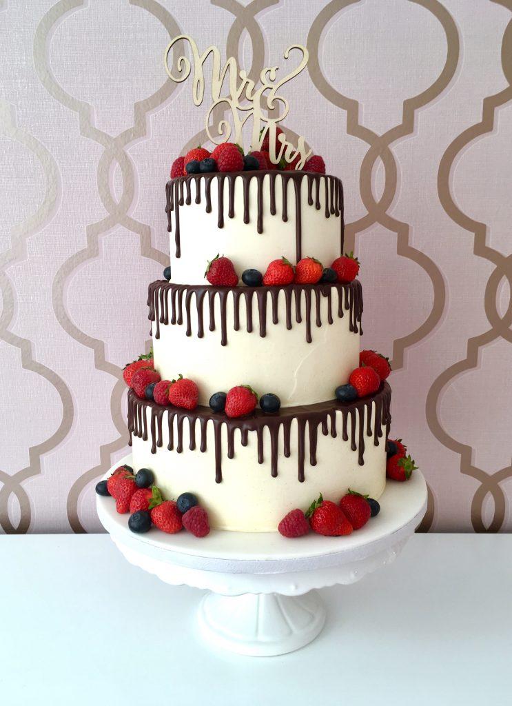 Hochzeitstorte mit Schokoladen-Drip und frischen Beeren