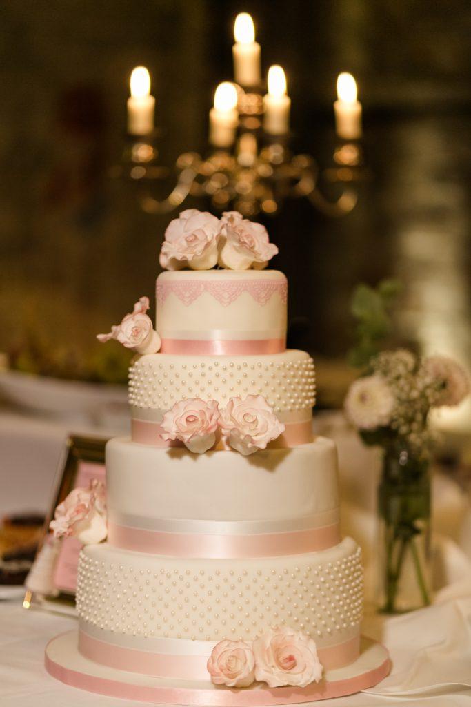 Vierstöckige Hochzeitstorte mit Kerzenleuchter