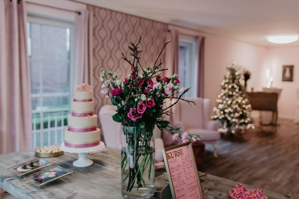 Innenansicht Tortenkontor mit Blumenstrauß